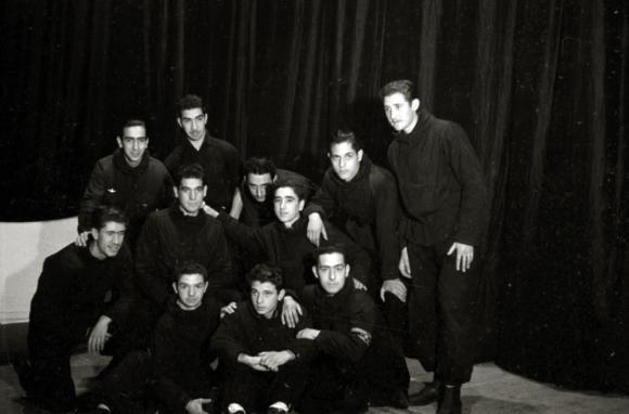 Actuación de unos jóvenes dentro de los actos organizados por el régimen.  Grupos de jóvenes tocando la guitarra, mujeres vestidas de época y de  bailarina, ...